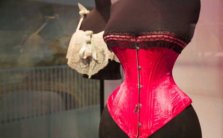 Выставка под названием Undressed: A Brief History of Underwear (Обнаженная: краткая история нижнего белья) показывает эволюцию белья