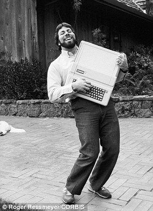 Стив Возняк держит компьютер Apple II