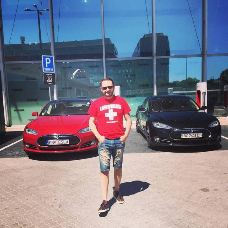 Справа - Tesla Андрея Худо