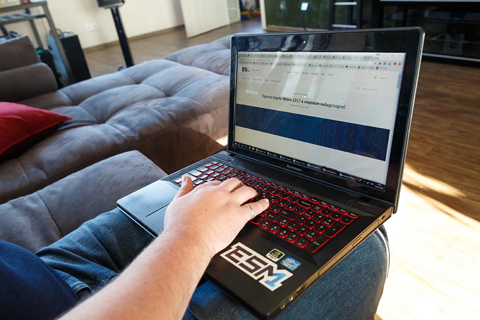 На игры у Ивана Данишевского сейчас не так уж много времени, но время от времени он это делает — на ноутбуке Lenovo IdeaPad