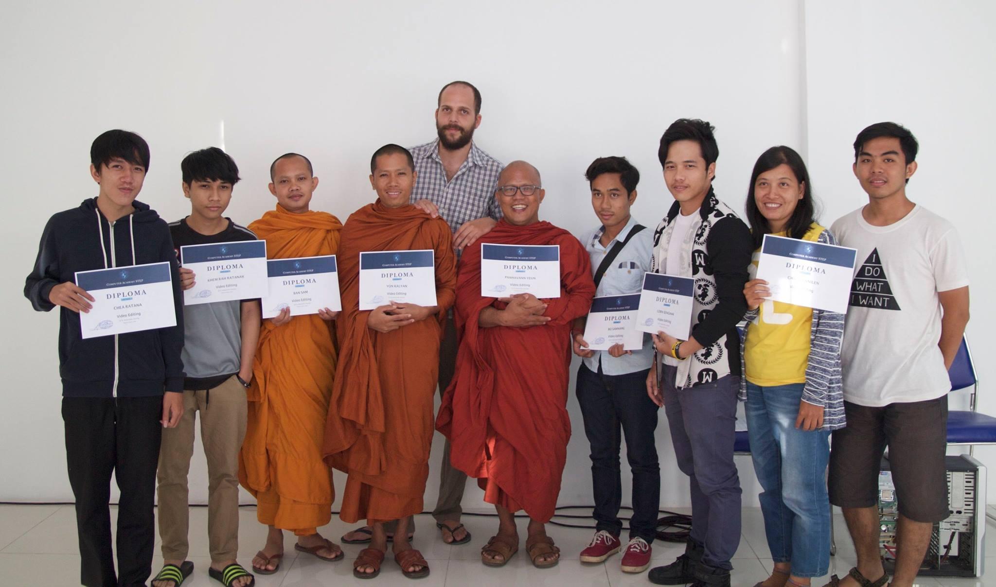 Вручение дипломов выпускникам ШАГа в Пномпене (Камбоджа)