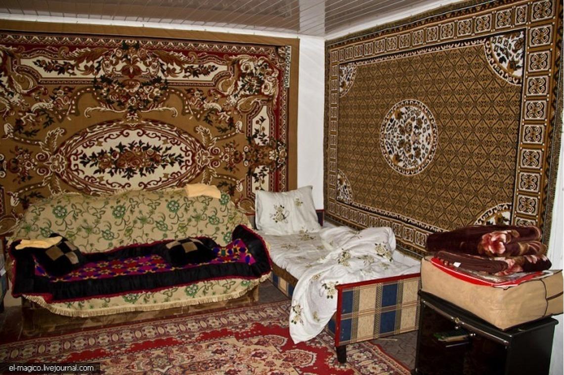 Квартира с ковром на стене