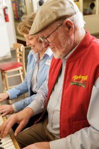 Боб и его ассистент Нэнси играют на рояле