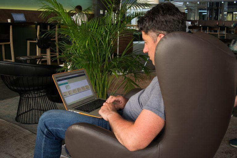 Клиентов Александр Дзюба ищет на конференциях, а контакты фиксирует в системе «Битрикс24»