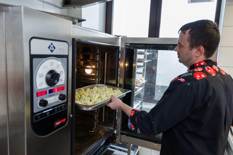 Всю пищу в LeapKids готовят на собственной кухне в пароконвектомате