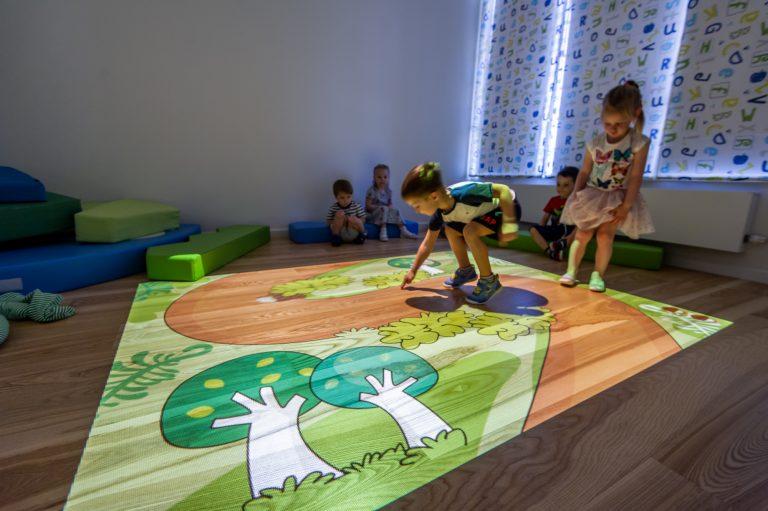 Одно из любимых занятий детей в LeapKids – 3-D комната со специально разработанными развивающими играми на интерактивной проекции-коврике