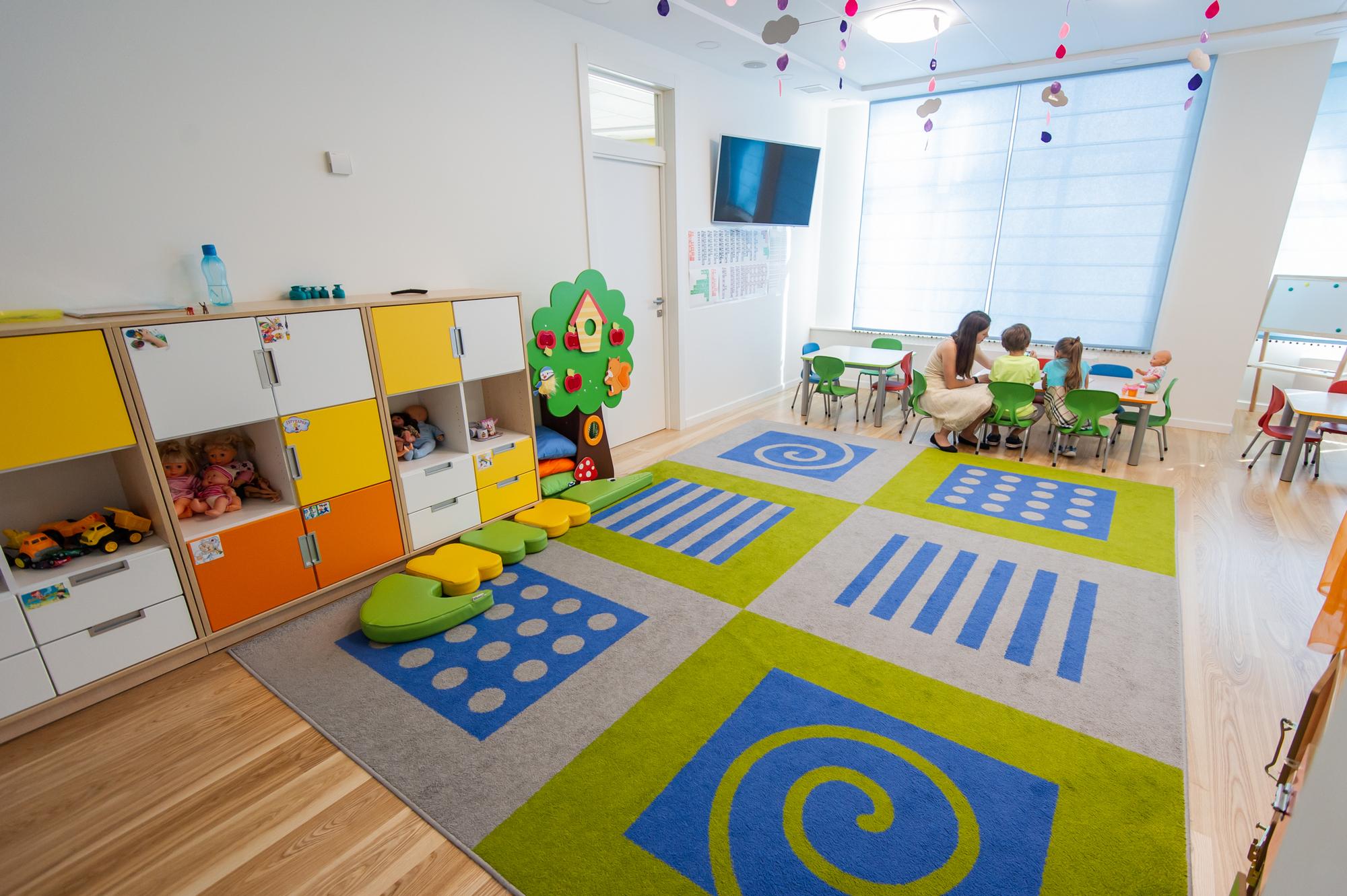 Много времени дети проводят в комнатах для групповых занятий, в компании воспитателя и двух его помощников