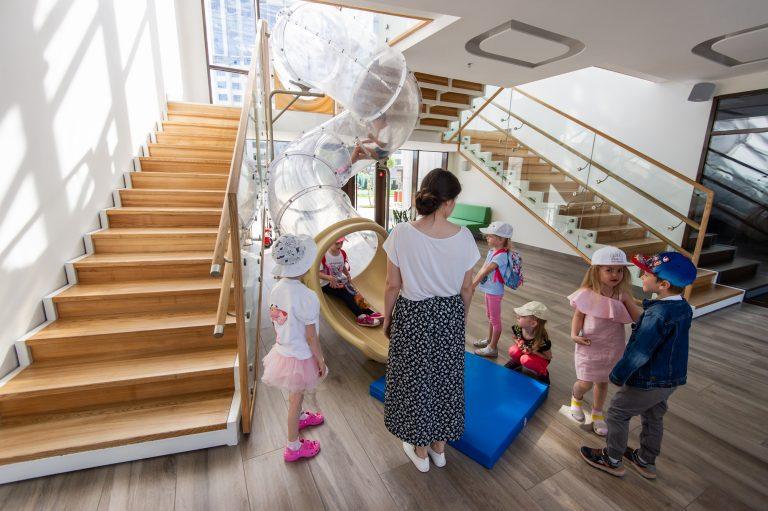 Вместо лестниц дети предпочитают использовать прозрачную трубу. Она, уверяют в LeapKids, способна выдержать и взрослого