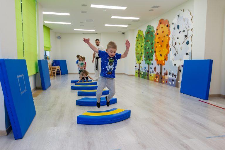 В спортзале проходят занятия по физкультуре, скалолазанию и тхэквондо