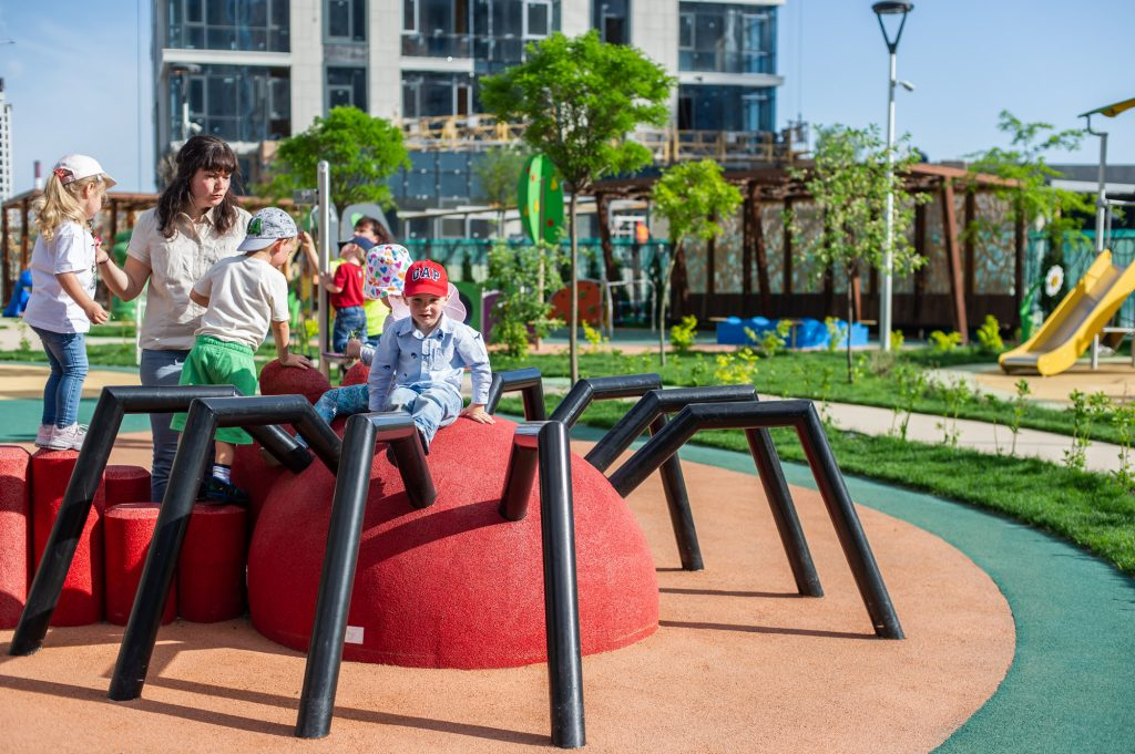 Все занятия в LeapKids, в том числе и прогулки на свежем воздухе, продуманы так, чтобы дети в процессе игры получали знания