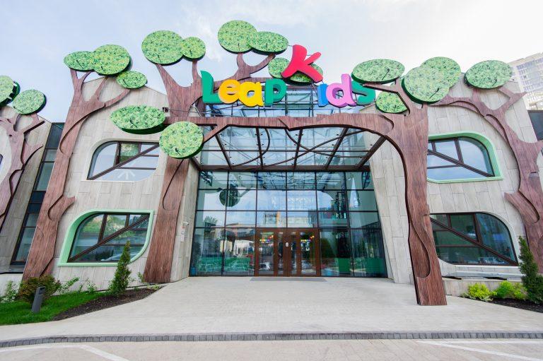 Дизайн фасада детского сада LeapKids напоминает липовую рощу