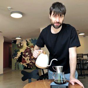 Владимир Задирака готовит кофе для гостей в новой кофейне