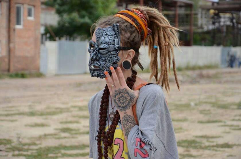 Харьковчане создают маски из мусора для фестиваля Burning Man. Как они построили на этом бизнес