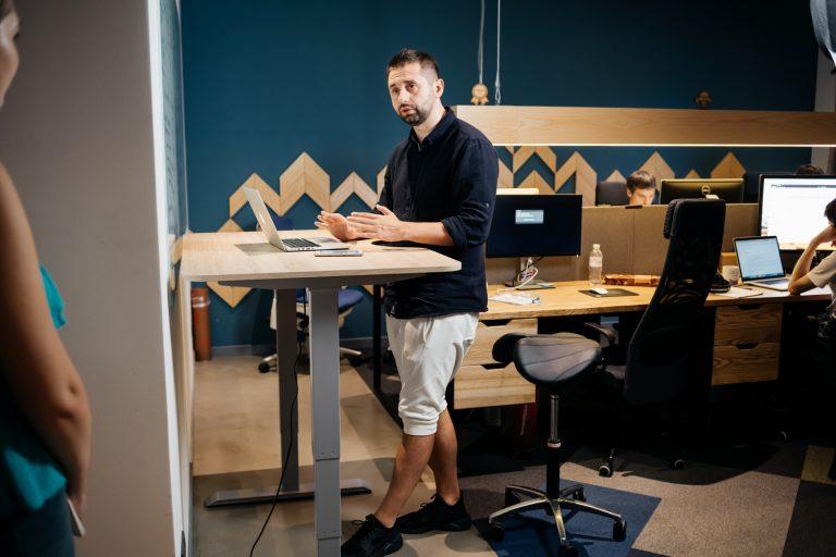 Давид тестирует стол и стул-седло от Ergo Place