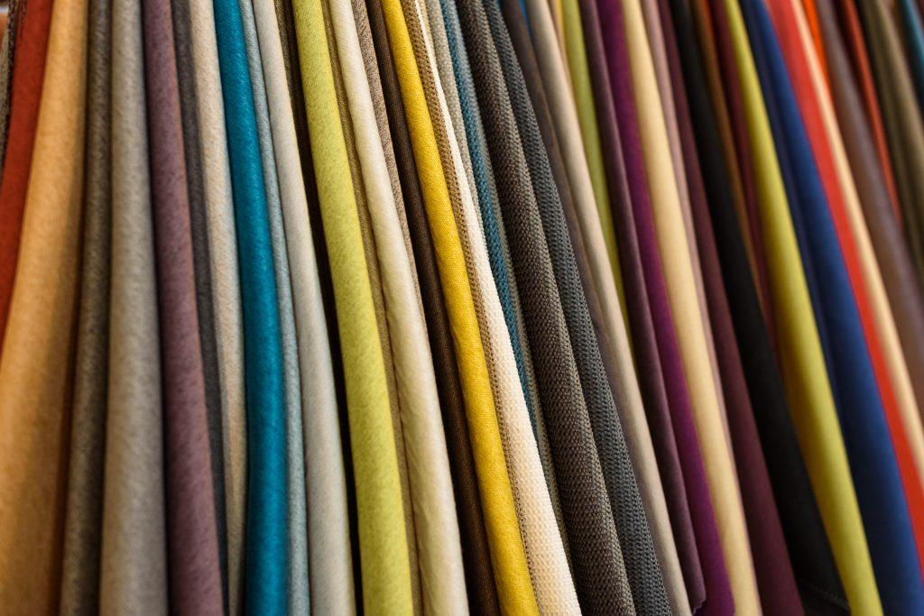 В шоуруме можно выбрать ткань для своего будущего дивана