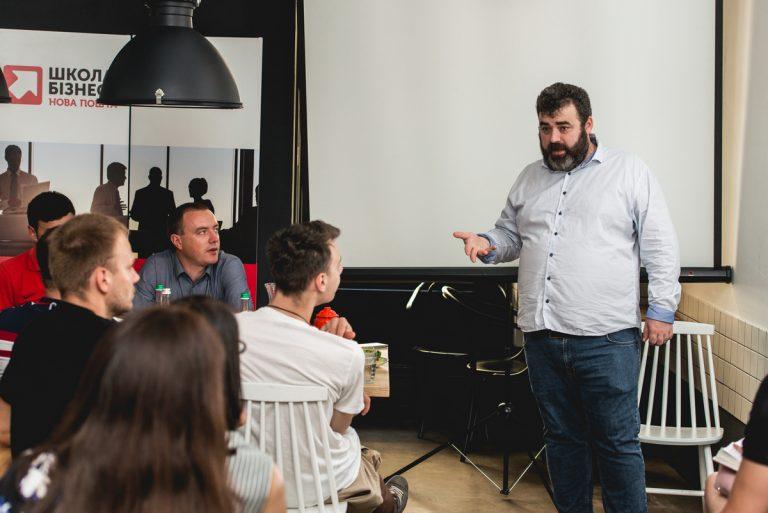 Андрей Николов на занятии со студентами Школы бизнеса