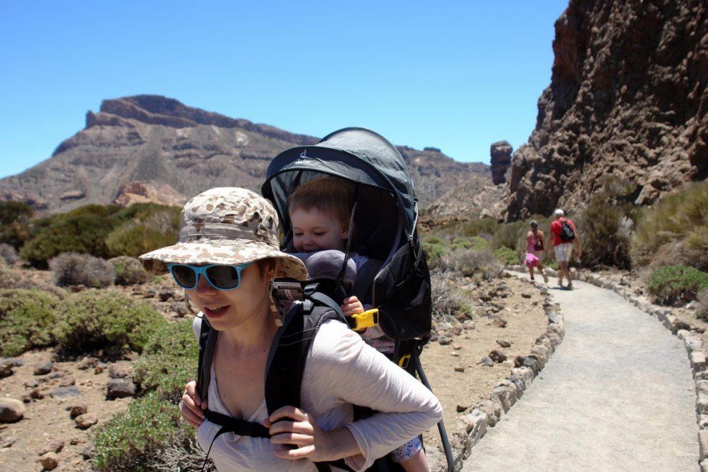Катерина Венжик с ребенком на Тенерифе