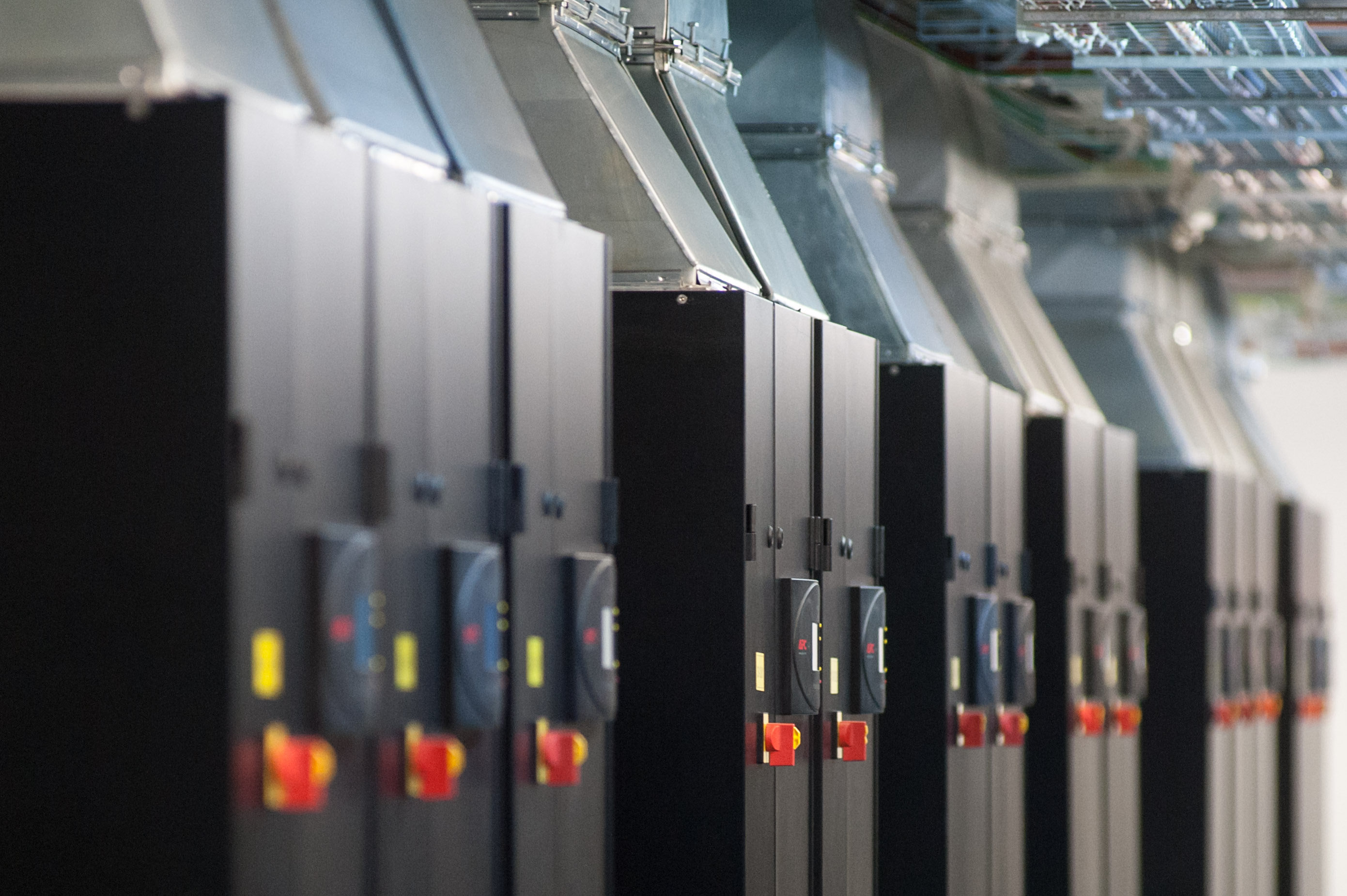 Потратить $1 млн на свое хранилище данных или довериться дата-центру? Как поступают ПУМБ, «Новая почта» и другие
