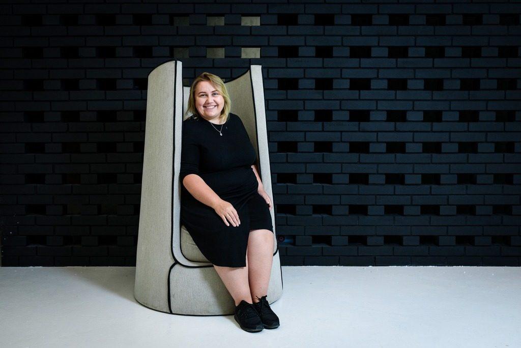 Виктория Якуша в кресле Lono