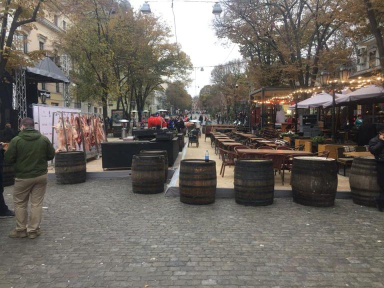 Жителей Одессы оскорбили свиные туши, которые ресторан вывесил в качестве декорации. Также из-за праздника перекрыли Дерибасовскую улицу.