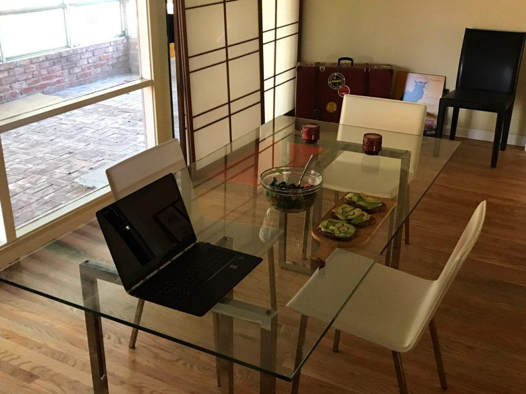 Робоче місце Ігоря в зйомному будинку в Саннівейл, в 10 хв від штаб-квартири Apple