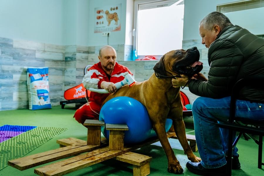 Сергей Бондарюк проводит занятие по фитнесу