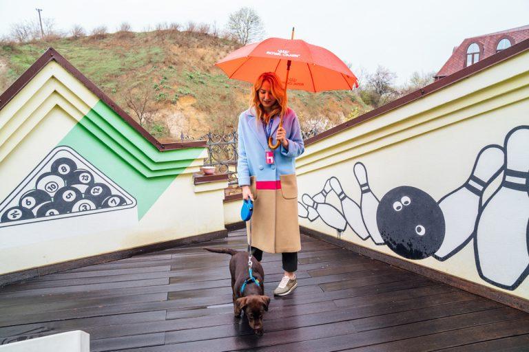 Наталия Морозова гуляет с собакой каждый день при любой погоде