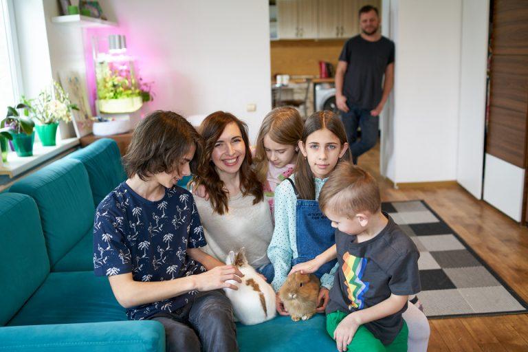 Дети Александры сами ухаживают за кроликами
