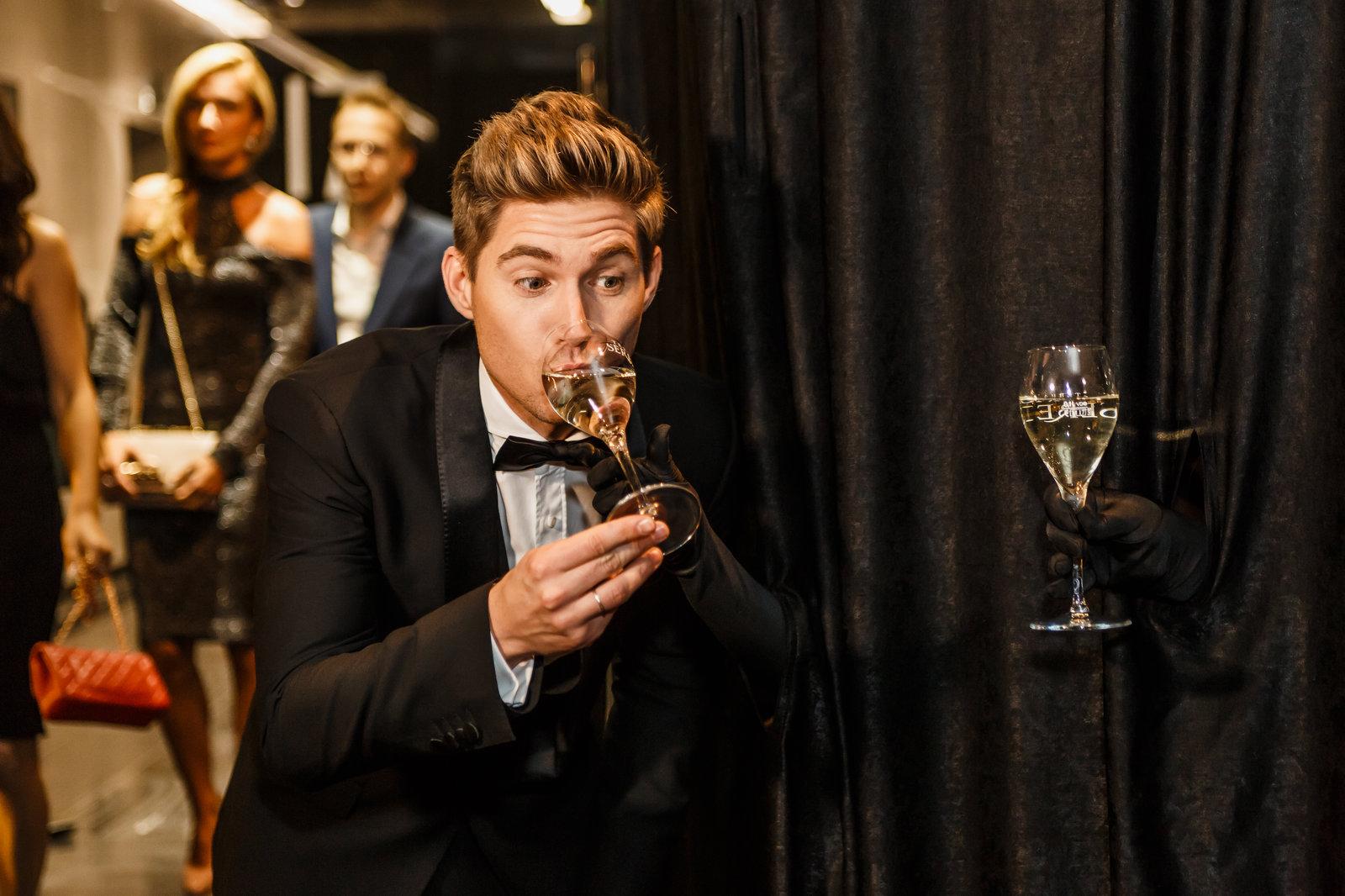 Подача шампанского через театральный занавес