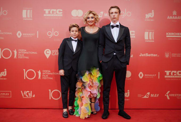 Виктория Тигипко с сыновьями на 10-м Одесском кинофестивале