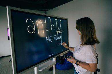Офисы-трансформеры, телефонные кабинки и «умные» системы. Репортаж с открытия коворкинга Anthill Space
