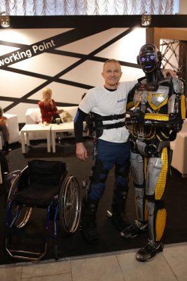 Люди смогут вновь ходить благодаря украинскому экзоскелету. Он управляется мыслью