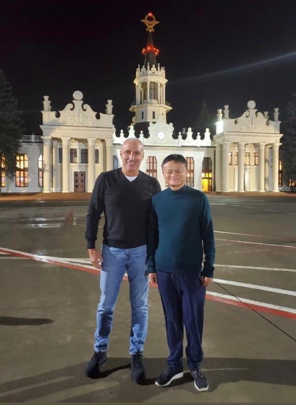 Харьковский бизнесмен Александр Ярославский и Джек Ма. Источник фото: 057.ua