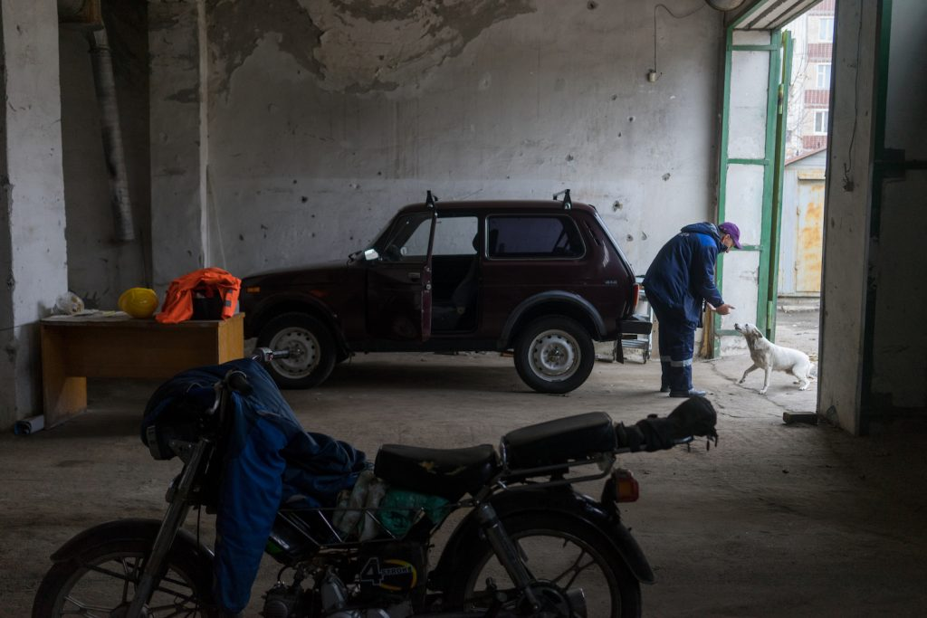 Алексей передвигается на служебной «Ниве»