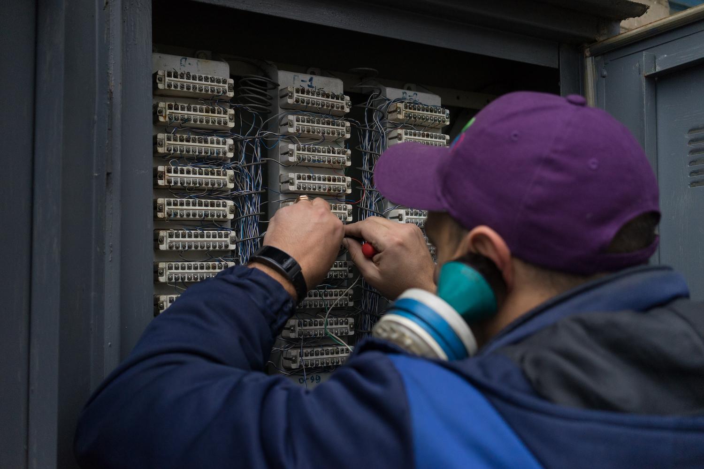 Распределительный шкаф, который обеспечивает интернетом несколько десятков домов
