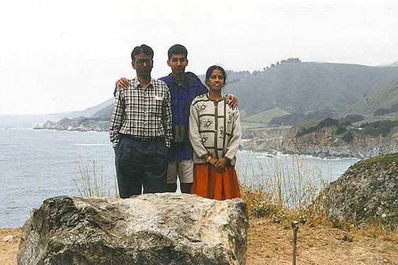 Сундар Пичаи с родителями в первой поездке в США