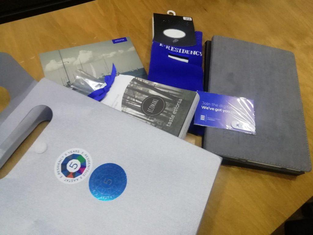 Носки, блокнот и конфеты