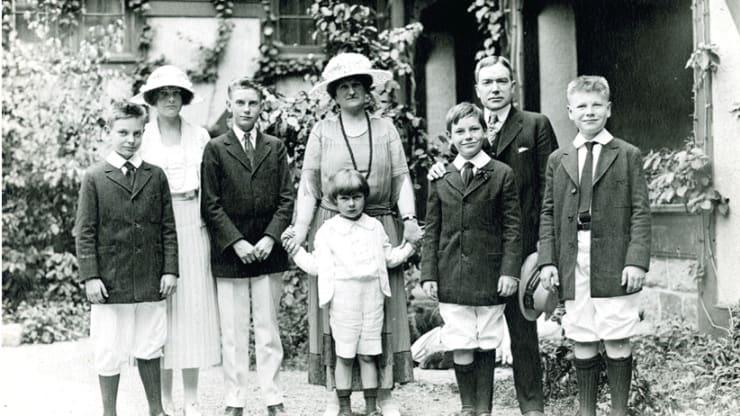 Семейный портрет Рокфеллеров, лето 1920 г., Сил Харбор, штат Мэн. Слева направо: Лоранс, Бабс, Джон Д III, Эбби Элдрич Рокфеллер держит Дэвида-старшего, Уинтром, Джон Д. Рокфеллер-младший и Нельсон. Фото: Rockefeller Archive Center