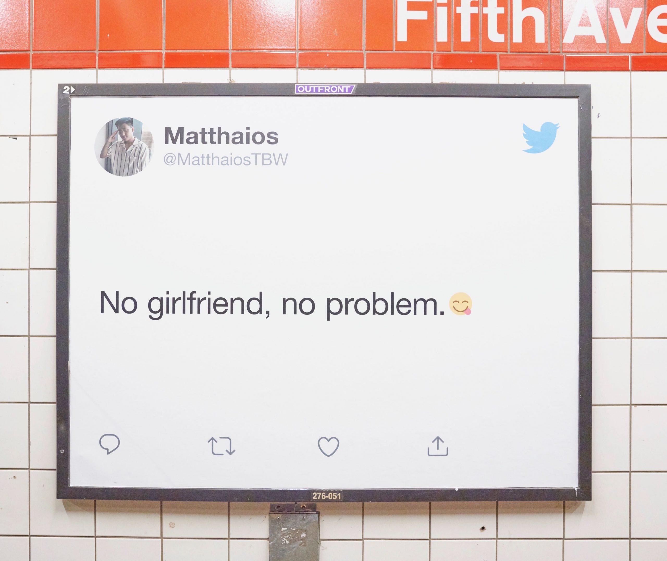 Твиты в метро. Источник фото: Twitter
