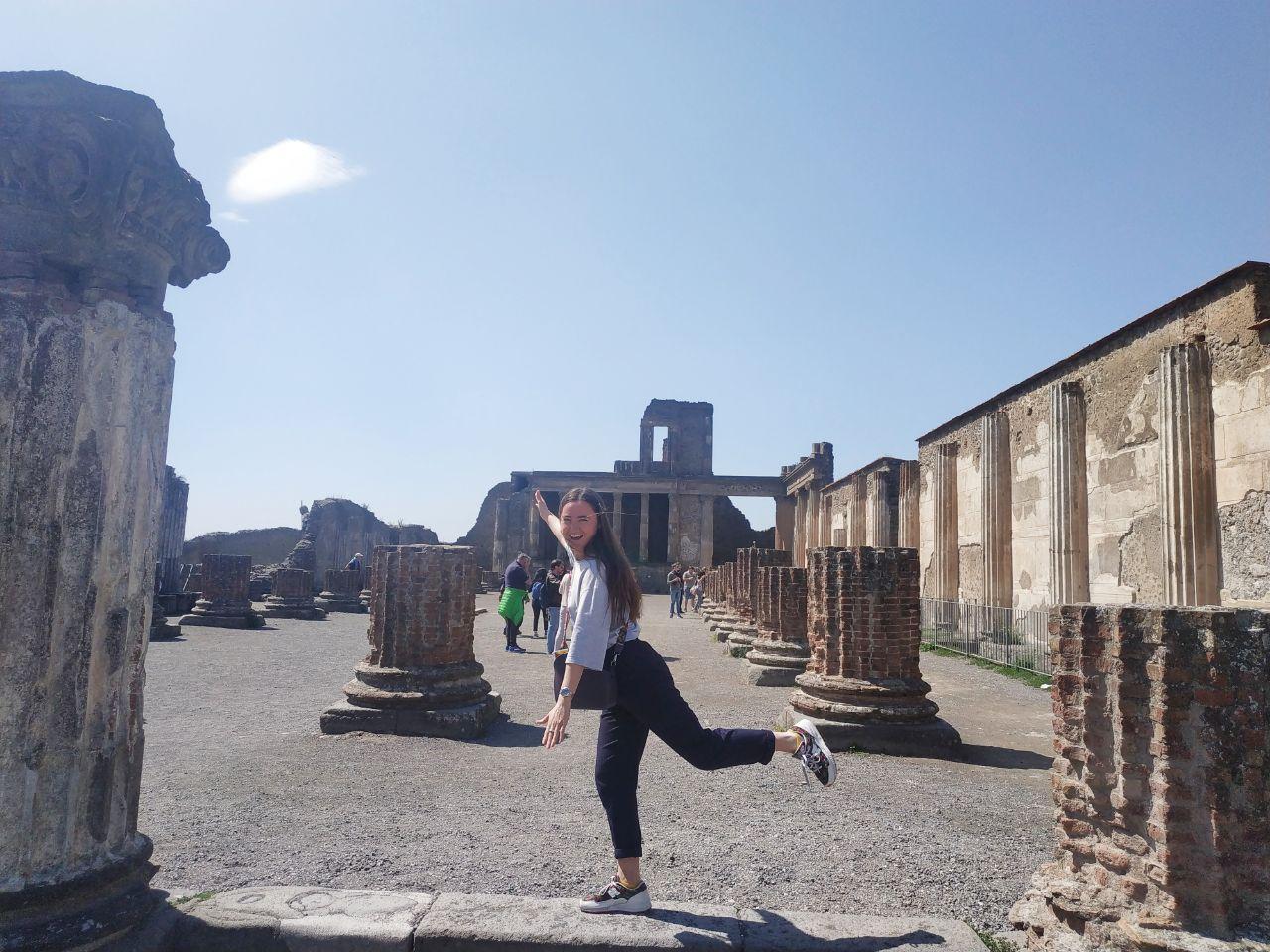 За время жизни в Италии, я посетила 10 разных городов от Аверсы до Рима. Однажды, был интересный опыт: я поехала в Амальфи, это 4 часа от Аверсы, пробыла в городе 2 часа и еще 4 часа езды обратно.