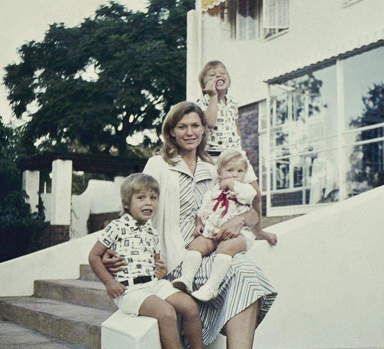 Мэй с детьми: Илоном (на заднем плане), Кимбелом и Тоской в Южной Африке. Фото: 1843magazine