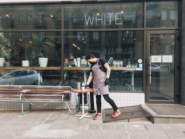 Онлайн-вечеринки и кофе в термосах на вынос: 3 истории, как пабы и кофейни переживают карантин