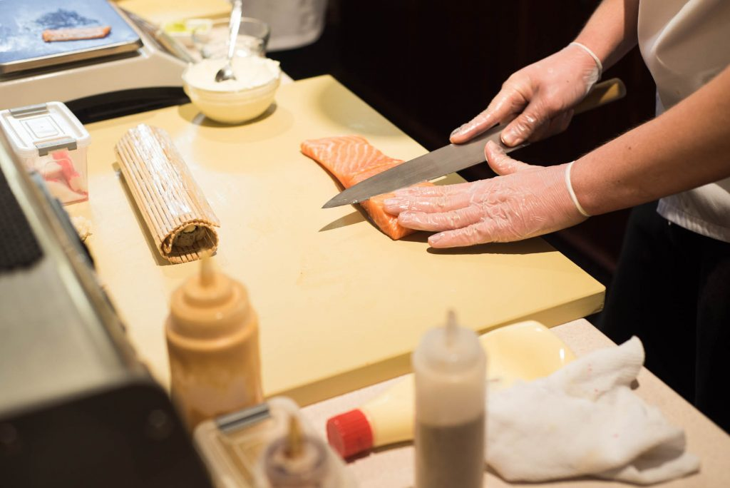 Повара ресторана «Авторская студия суши» используют японские ножи ручной работы