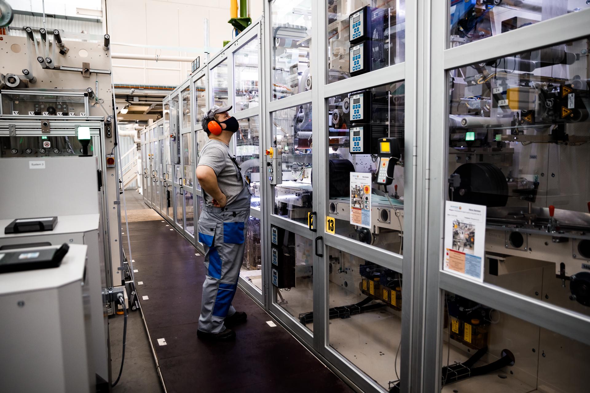 Оборудование позволяет производить 650 подгузников в минуту