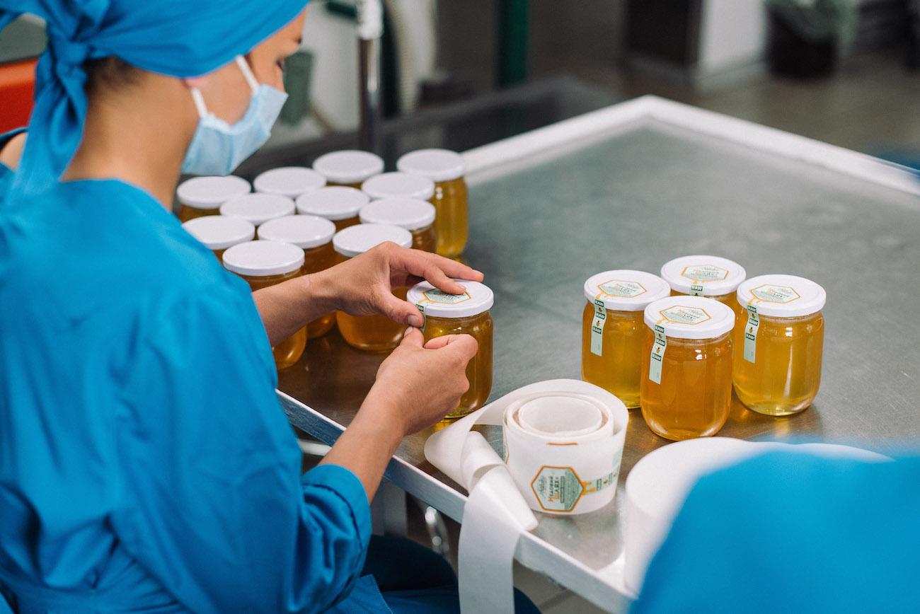 В начале разливали мед в банки вручную. Получалось не более 35 л в день, мышцы болели так, что и бодибилдерам не снилось. Сейчас линия полностью автоматизирована