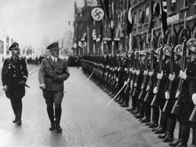 Гитлер проводит смотр нацистских войск. Снято AP News. Фото: Hulton Archive/Getty Images