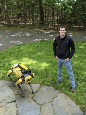 Энди Барри с роботом у себя дома. Фото: Andy Barry