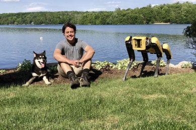 Сэм Сейферт с собакой брата (слева) и Спотом (справа). Фото: Sam Seifert