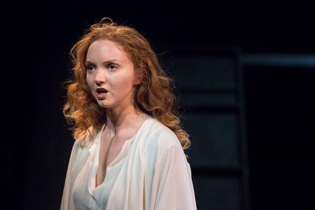 Фото: Лили Коул в роли Елены, постановка «Последний день Трои» на BBC Radio 4