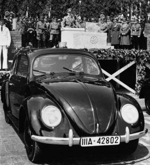 Гитлер на открытии завода Volkswagen. Фото: Hulton-Deutsch Collection/Corbis/Getty Images